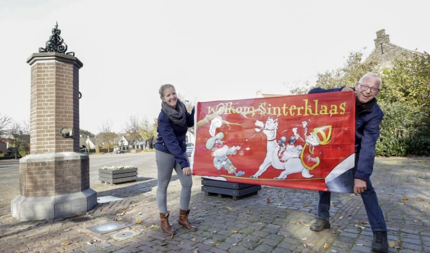 <p>Suzanne Schellens en Bep Wienholts zorgen dat de kinderen in Dommelen toch een sinterklaasfeest kunnen vieren. Foto: Jurgen van Hoof</p>