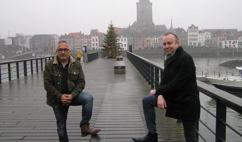 Rob de Jong (l.) en wethouder Rob de Geest deelden donderdag bloemen uit aan vrijwilligers in Deventer.
