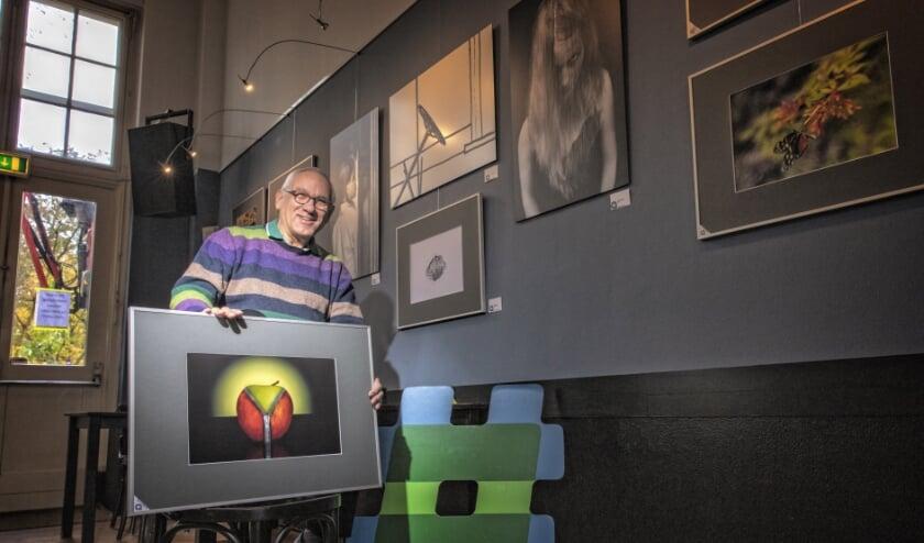 <p>&nbsp;Henk Langerak, bestuurslid van de Alphense fotoclub, is trots op de foto&#39;s. Foto: Peter Franken</p>