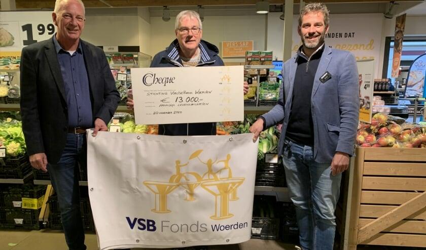 <p>Stef Bijlsma van Jumbo Bijlsma Gert Blonk van VSB Fonds Woerden en voorzitter Henk Woertman.</p>