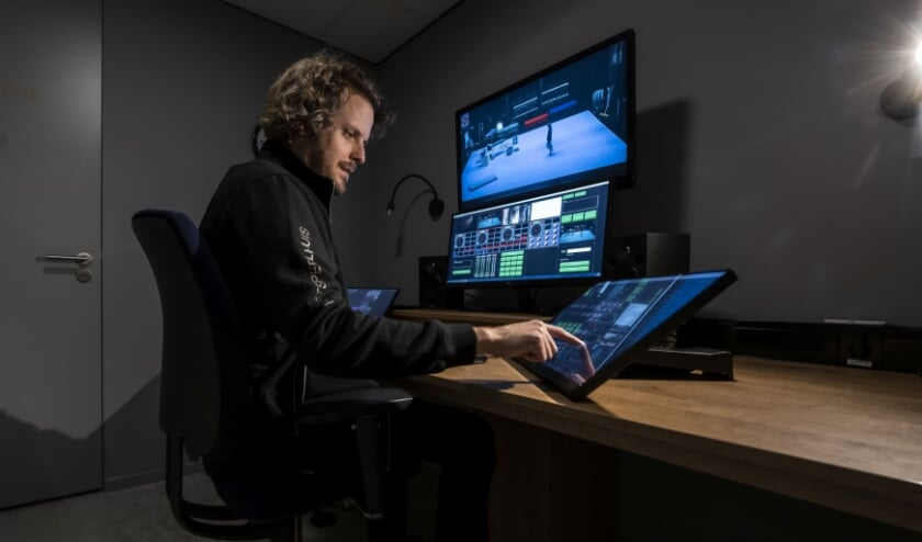 <p>Technicus Paul Viets regelt vanuit de regiekamer de streaming.&nbsp;</p>