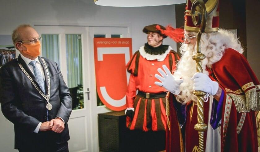 <p>Burgemeester Boelhouwers op bezoek bij Sinterklaas.</p>