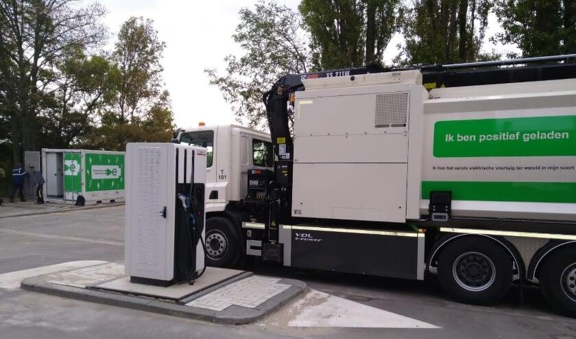 <p>Vuilniswagen op het Kleinpolderplein aan de laadpaal. (Foto: Stadsbeheer)</p>