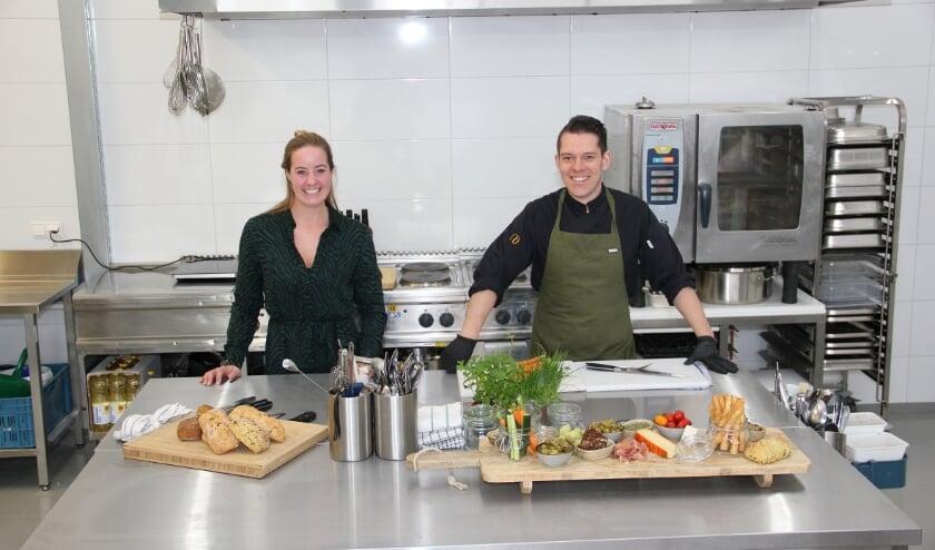 <p>Judith Witjes en Oscar Grift in de keuken van Proeflokaal Duiven aan de Impact 71.</p>