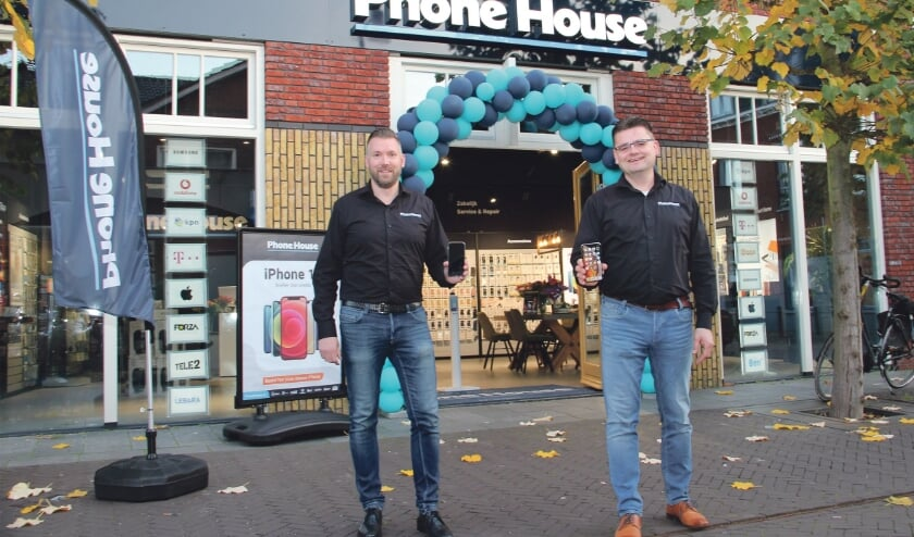 <p>Eigenaar Jeroen Heebing (rechts) en bedrijfsleider Sebastiaan Elsinghorst voor de nieuwe Phone House-winkel in Duiven.</p>