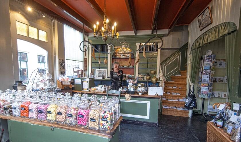 <p>Potten vol snoepjes, maar het Balletjeshuis is meer. &#39;ik verkoop ook allerlei andere producten uit Zwolle&#39;, zegt Wies Dull. (Foto: Frans Paalman)&nbsp;</p>