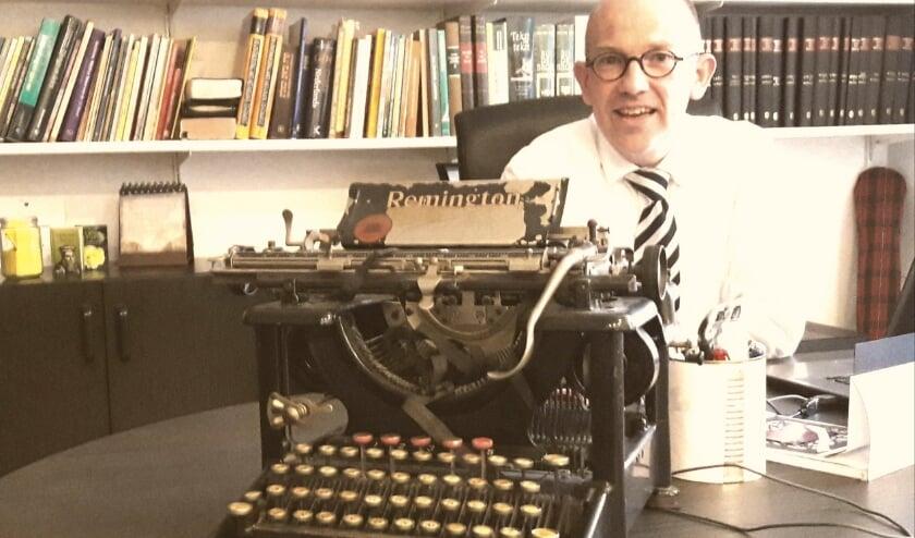 <p>Dominee Tonie van Zetten is net naar Bennekom verhuisd. De studeerkamer, tevens ontvangstkamer, is al helemaal ingericht. Op zijn bureau een dierbare herinnering: een oeroude Remington typemachine.</p>