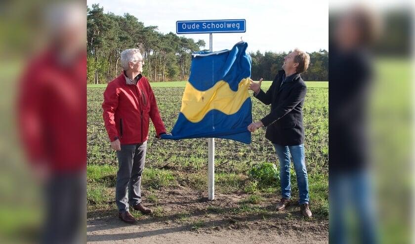 <p>Wethouder Kuijken onthulde vrijdag samen met Will van Gerwen van de Kernraad Riethoven een nieuw straatnaambordje. Foto: Ger Cremers</p>