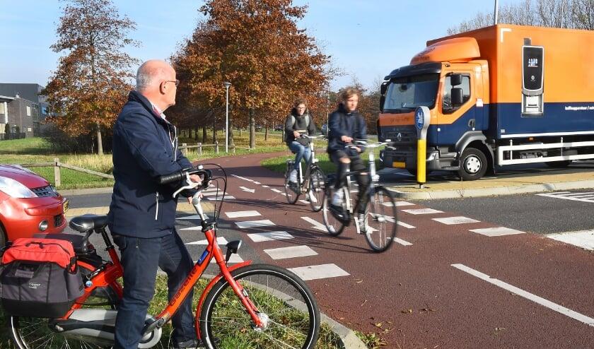 <p>Jan Garritsen bij de risicorotonde Energieweg-Mercuriusstraat waar fietsers vaak over het hoofd worden gezien (foto Roel Kleinpenning)</p>
