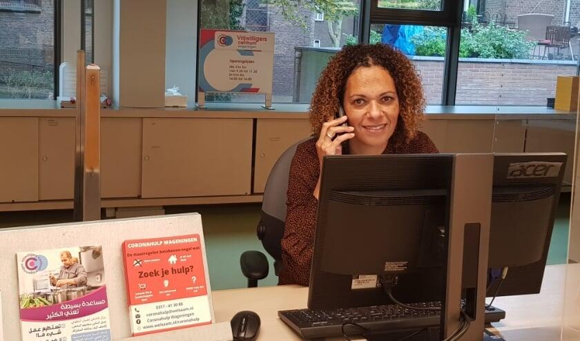 <p>Christina van de Weijer roept iedereen op om vooral te bellen met als je ergens mee zit. (foto: Kees Stap)</p>