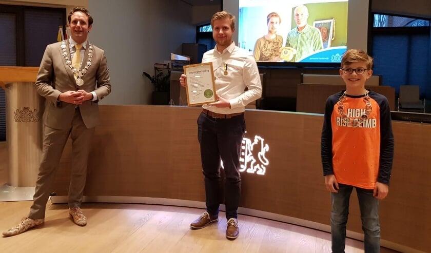 <p>Niek van Weeghel (m) kreeg het jeugdlintje opgespeld door kinderburgemeester Daan Boersma (r).&nbsp;</p>