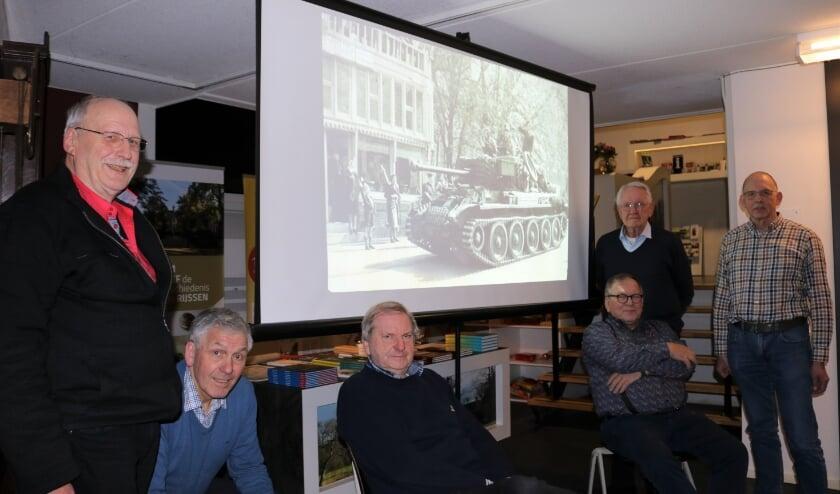 <p>De Werkgroepleden Beeldpresentaties van links naar rechts Johan Koster, Gerrit ten Wolthuis, Jan van de Maat, Andr&eacute; van den Houten, Gerhard Baan en Johan Kettelarij. (Foto: Jan Joost)</p>