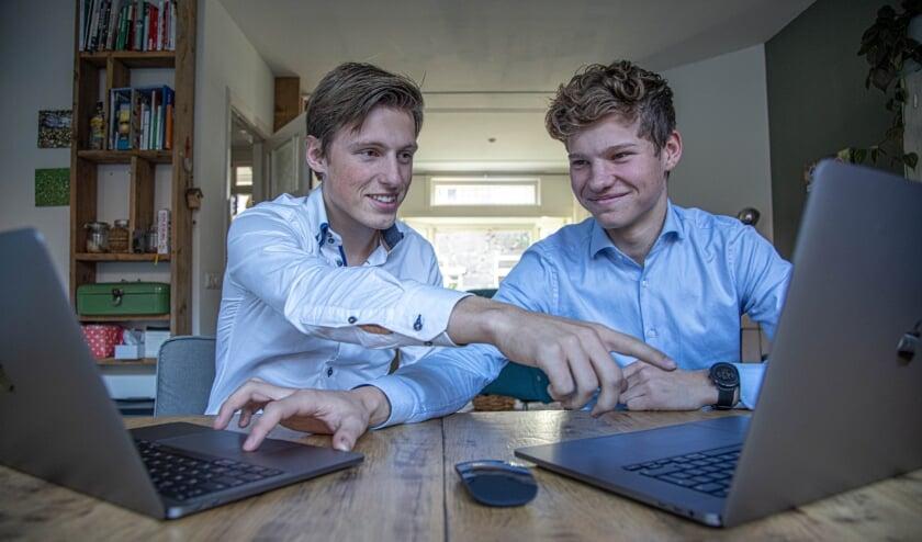 <p>Zwolle Stan Kleinlugtenbeld (links) en Loek van Vilsteren helpen ouderen bij hun IT problemen.&nbsp;</p>