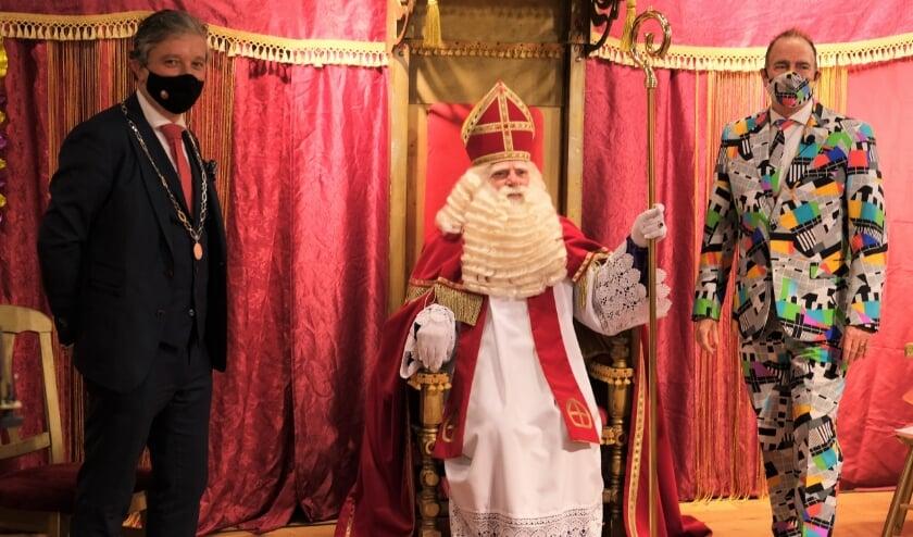 <p>Met burgemeester Beenakker en presentator Cees van der Meer is het ieder jaar weer een feestje volgens de Tielse Sint.</p>