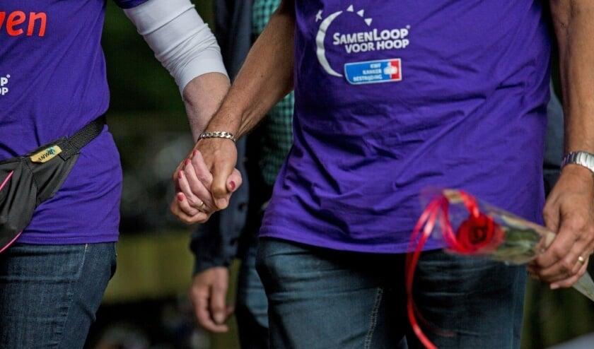 <p>Tijdens de Samenloop wandelen de deelnemers gedurende 24 uur in teams over een speciaal uitgezet parcours om geld op te halen voor KWF Kankerbestrijding. Beeld: Suus Fotosjop</p>