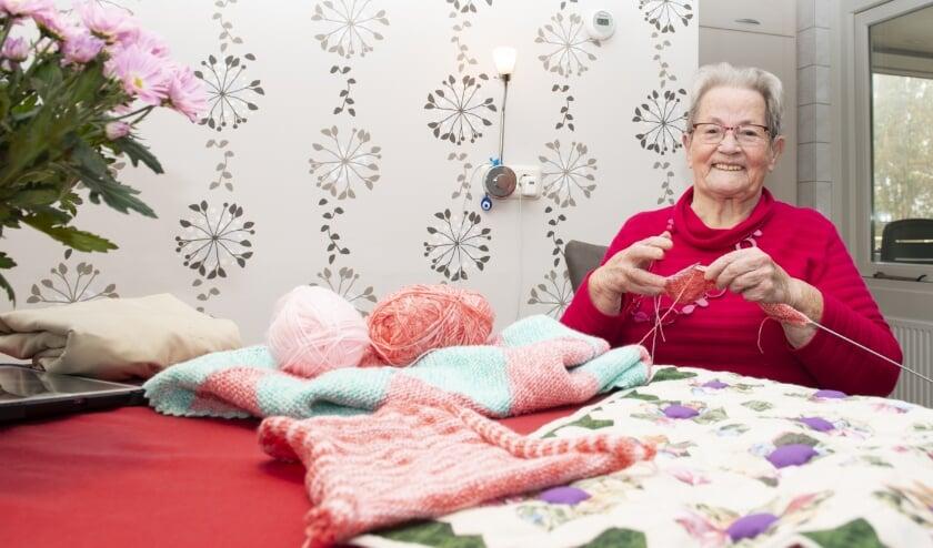 <p>Mevrouw Jo de Vries (85) uit Epe is heel erg creatief. Ze zit in diverse clubjes waaronder de Hagedoornse Handwerkclub. Ze vertelt waar ze tijdens deze coronaperiode allemaal mee bezig is.&nbsp;</p>