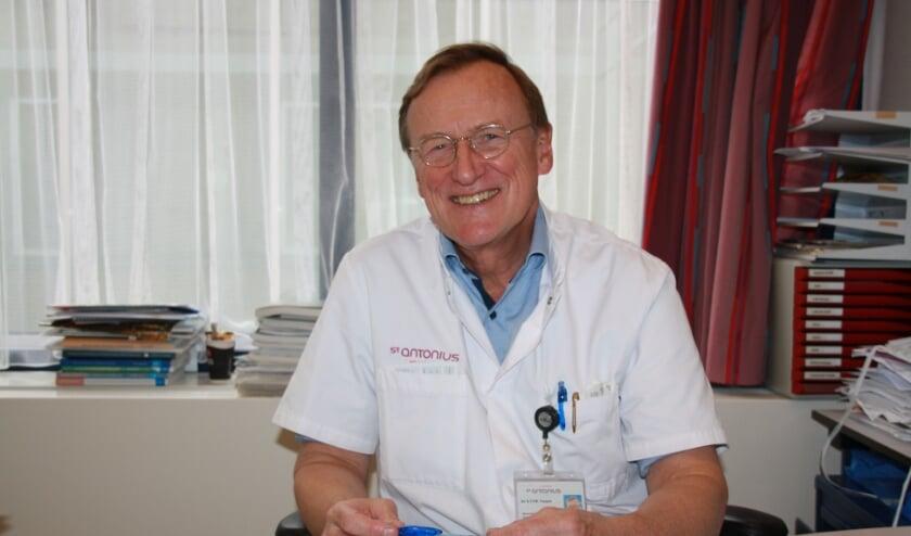 <p>Dr. Frequin uit Bilthoven aan zijn bureau in het St. Antonius Ziekenhuis in Nieuwegein.</p>