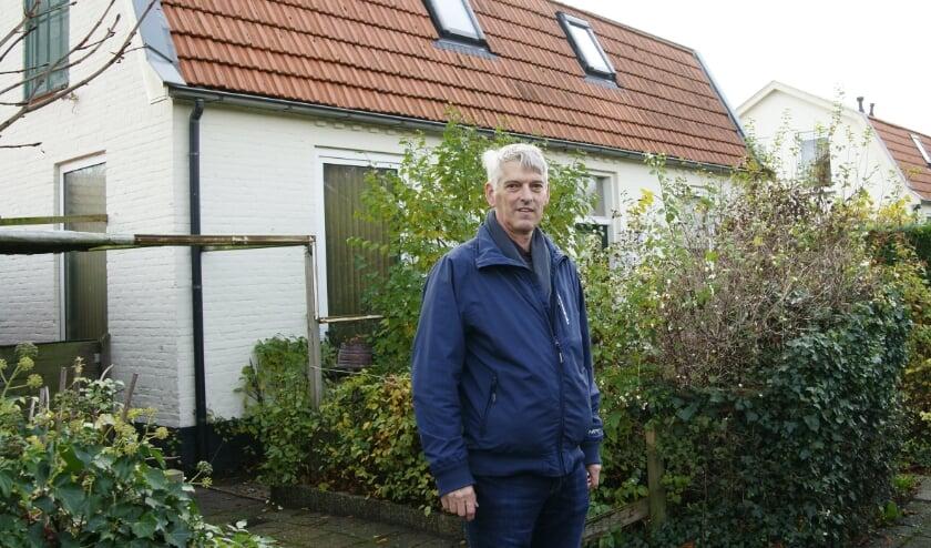 """<p>Groen Links-fractieleider Ben Schulte bij een van de huizen van het Rode Dorp: """"Vivare moet bereid zijn extra kosten te maken.""""</p>"""