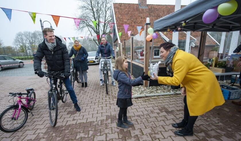 <p>Juf Hanneke Overmeer neemt tijdens de drive in afscheid van jong en oud. &#39;&#39;Het was telkens weer een verrassing.&#39;&#39; (Foto: Robert Hoetink)</p>