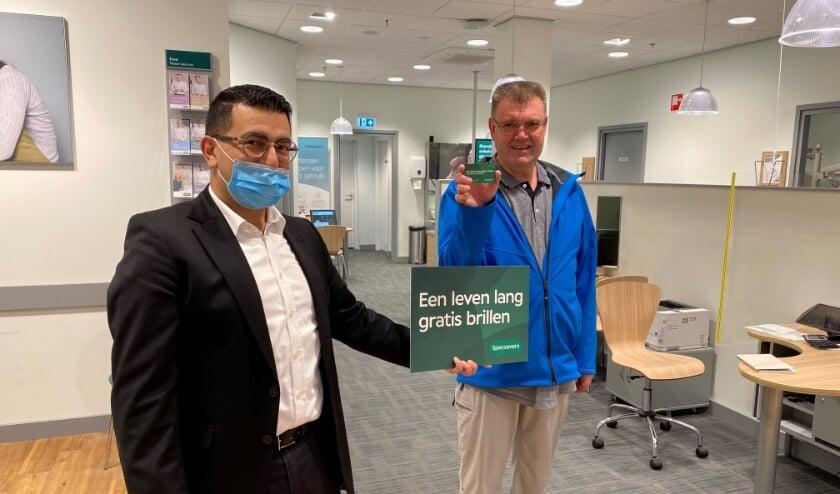 <p>De heer Alders heeft bij Specsavers Zwijndrecht in de maand september een leven lang gratis brillen gewonnen. (Foto: pr)</p>