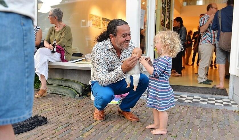 <p>De altijd goedlachse en vrolijke Hassan Jatim volgde zijn passie en zijn hart en koos voor een baan in het onderwijs. (Foto: Galerie Hommes)</p>