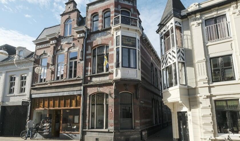 <p>Dit pand met bijzonder ex- en interieur is een mooi voorbeeld van het werk van architect Jos. Donders. Het is als geheel niet gemakkelijk ze zien. Meer info staat op www.heemkundekringtilburg.nl.&nbsp;</p>