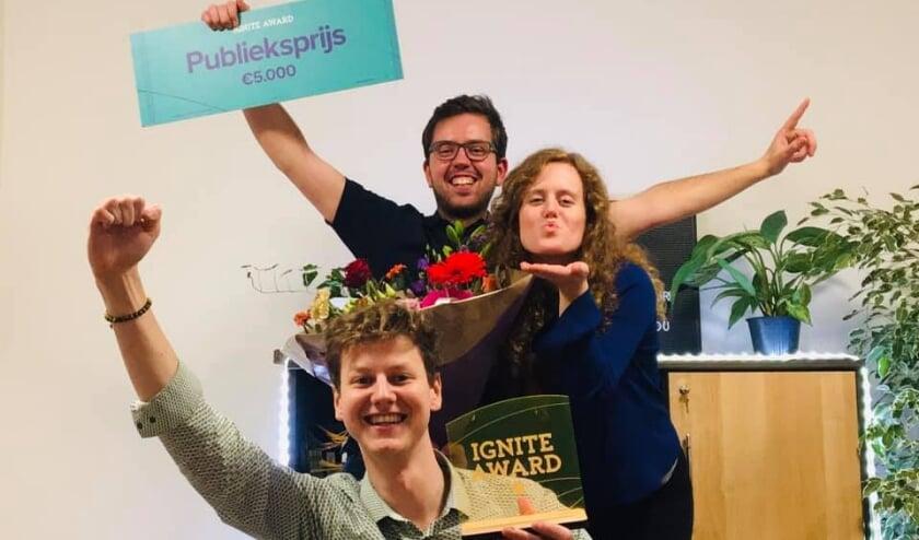 <p>Jeanne van Ittersum, Anton Kooij en Bram Swartjes zijn blij met de publieksprijs</p>