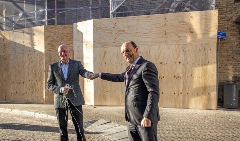 <p>&nbsp;Janco Cnossen (links) , bestuursvoorzitter van Stichting Academiehuis Zwolle en burgemeester Peter Snijders geven elkaar een boks. Maandag onthulden ze het bouwbord bij Academiehuis de Grote Kerk. (Foto: Frans Paalman)</p>