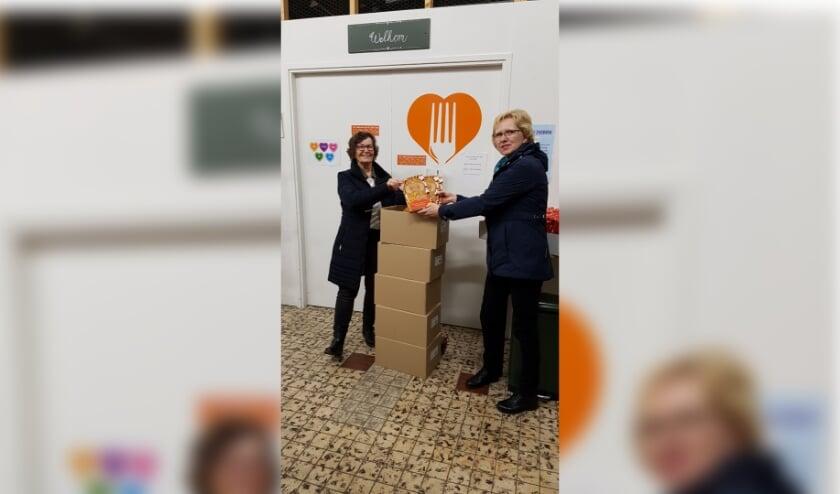 <p>Namens de Voedselbank Alblasserdam nam Sarah Baan (l.) de speculaaspoppen in ontvangst die Petra van Leeuwen van het Crea-team kwam brengen.</p>
