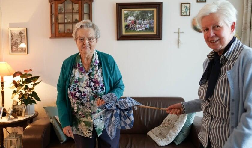 <p>Mia van den Akker kreeg uit handen van &eacute;&eacute;n van de vrijwilligers het eerste exemplaar uitgereikt.&nbsp;</p>