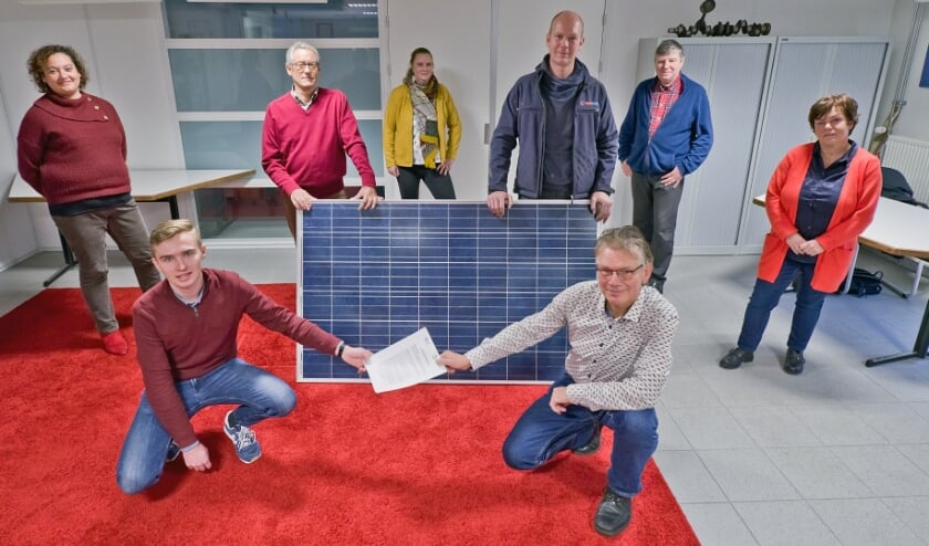 <p>Stichting Duurzame Energie Wierden-Enter en Pure Energie hebben 26 november een overeenkomst getekend voor een zonnepark in Wierden. (Eigen foto)&nbsp;</p>