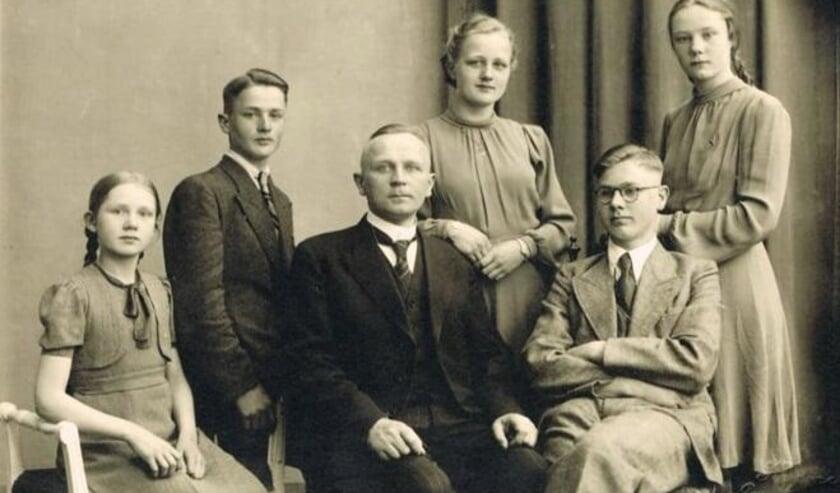<p>Foekje, Gerrit, Binne , Ytje, Philip en Grietje (vlnr)</p>