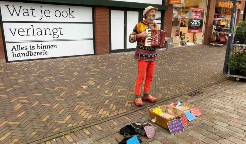 <p>Gert Hanegraaf speelt op de markt op zijn trekharmonica.</p>