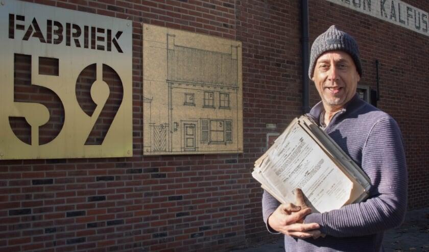 <p>Greg Kalfus gebruikt de oorspronkelijke bouwtekening als basis voor de renovatie van de portierswoning. (foto: Theo van Etten)</p>