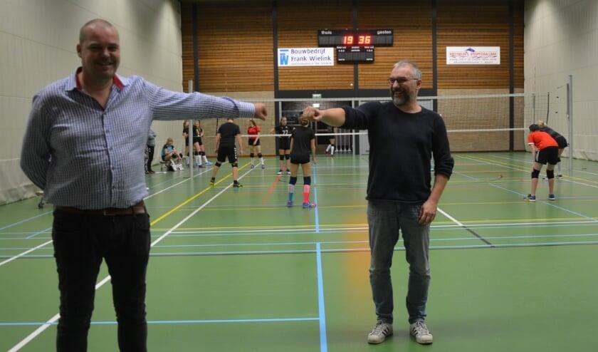 <p>Bestuurders Laurens Wissel (l.) en Pieter Immerzeel met de jeugd op de achtergrond.&nbsp;</p>