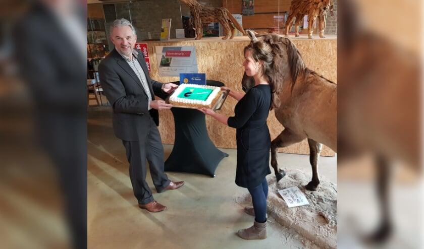 <p>Hans Hooijmaijers, de nieuwe directeur van De Bastei, reikt een taart uit aan de baliemedewerkers, die een actieve rol hebben gespeeld in het werven van kinderen voor museuminspecties </p>