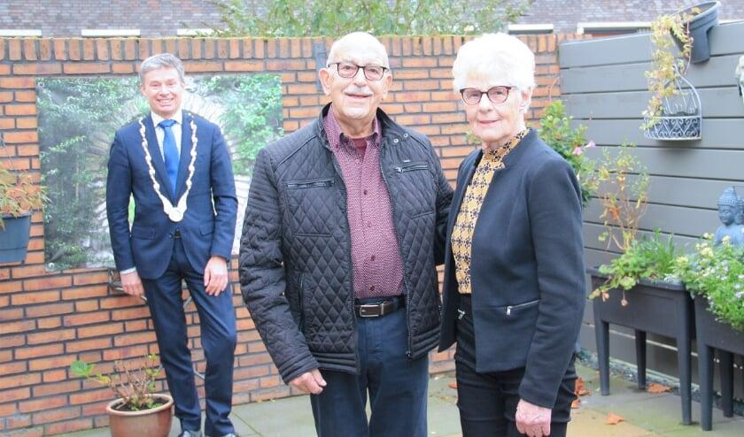 <p>Het vitale diamanten paar Henk en Ger Strohscheidt, met burgemeester Huub Hieltjes die langskwam om felicitaties over te brengen.</p>