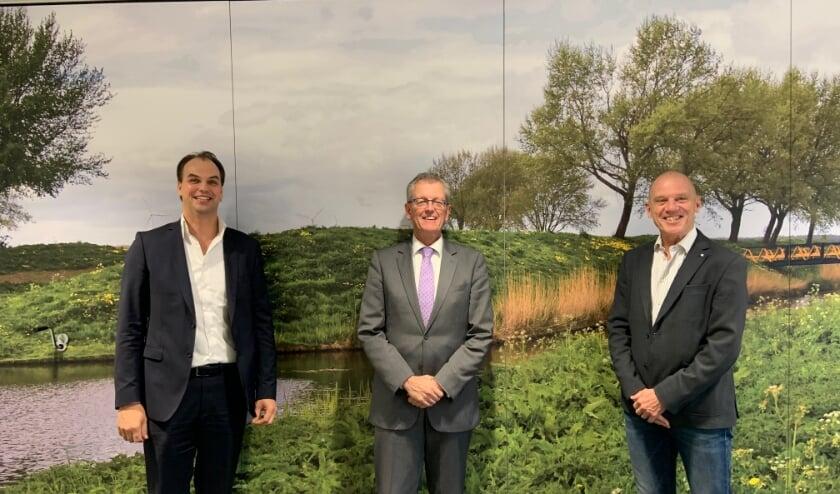 <p>Van links naar rechts: Karel Hamstra, burgemeester Gerrit Jan Gorter, Rob van Nunspeet.</p>