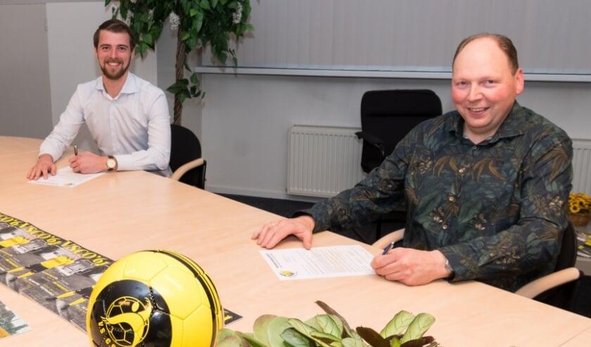 <p>Sponsorcommissievoorzitter Sjoerd Kwakkel (l) en slager Gerard van de Weg</p>