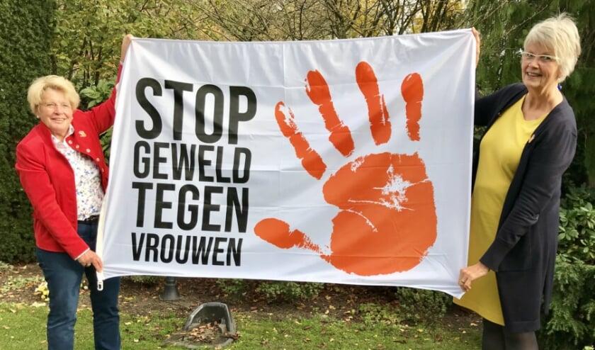 <p>Olga Maarleveld en Anita Oosterloo vragen aandacht voor Orange the World. (Foto: Frieda Fennell)</p>