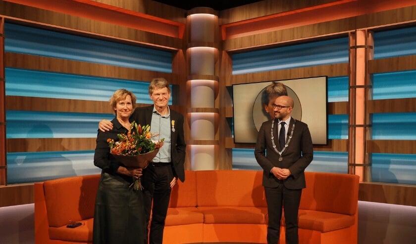 <p><br>Guus van Kleef met zijn vrouw Marjan en burgemeester Marcouch. (foto:  Jan van Dalen Fotografie)</p>