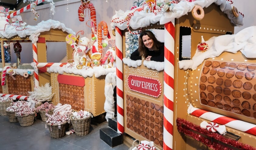 <p>Saskia de Laat, vooral bekend onder de naam &lsquo;Christmaholic&rsquo;, heeft onlangs een bezoek gebracht aan de kerstshow van Intratuin Zevenhuizen. Foto: PR</p>