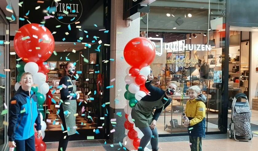 <p>De openingshandeling van Piretti in winkelcentrum Corridor met van links naar rechts Damiano, Cynthia, Roona en Kiano. (Foto: PR)</p>