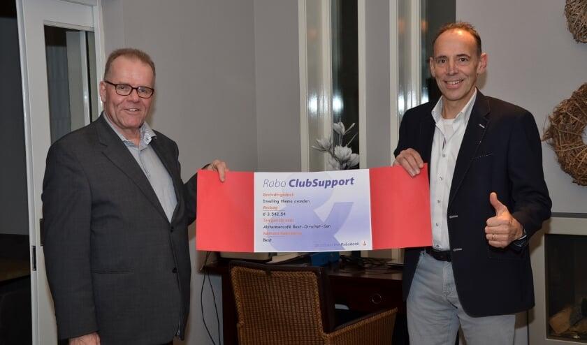 <p>Jan Verbeek (links) neemt namens het Alzheimer Caf&eacute; Best Oirschot Son de cheque in ontvangst uit handen van Ren&eacute; van der Heijden van Rabobank Best.</p>