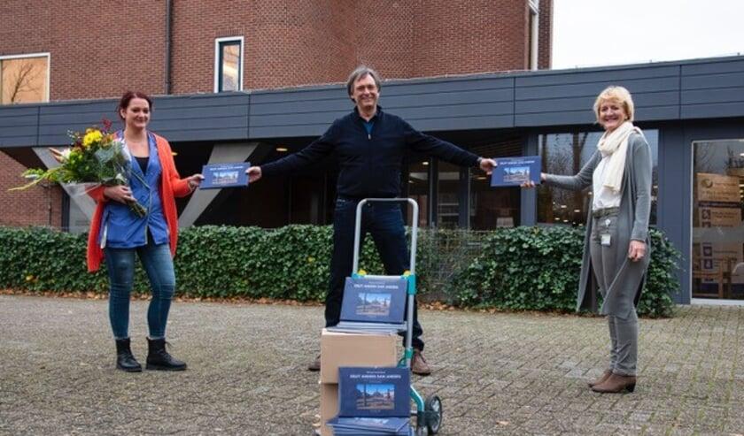 <p>Jo&euml;lle Piguillet (met bloemen) en Lydi Brouwer van De Bieslandhof ontvangen de boeken van Herman Zonderland.</p>