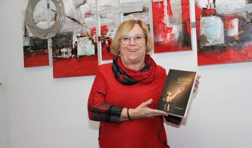 <p>Els Hermans toont trots haar boek 'Lotus - Bevrijd van alle trauma's'.</p>