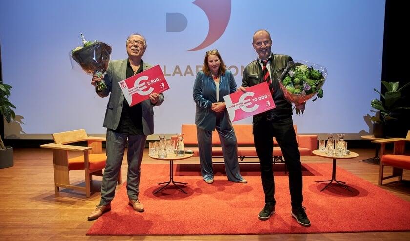 <p>V.l.n.r.: Jan Banning met een bijzondere waardering, bestuurslid Agnes Jongerius en de winnaar: Paul Klemann. Foto: Humphrey Daniels</p>