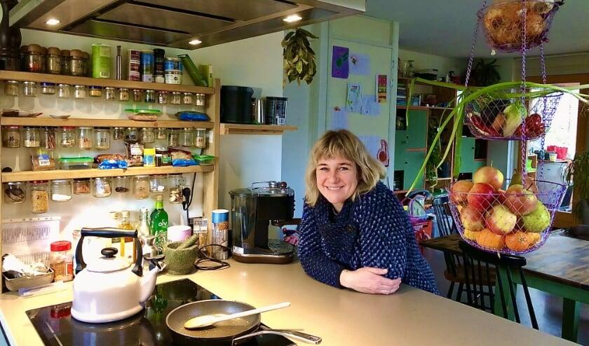 <p>Nienke Mur in haar keuken. (Foto: Fleur van Eeuwijk)</p>