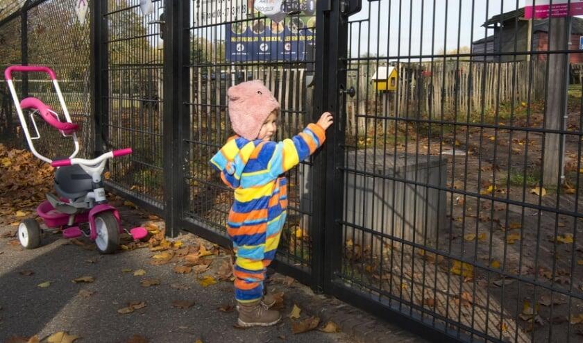 <p>De anderhalf jaar oude Asiya is verdrietig omdat ze bij de kinderboerderij De Goffert een gesloten poort treft.</p>