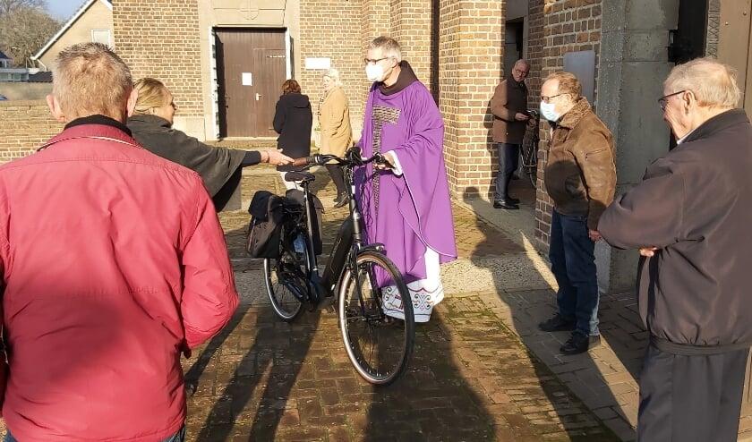 <p>Zijn parochianen gaven gevolg aan de oproep te doneren aan de Voedselbank, maar verrasten pater Putman ook met een nieuwe fiets.</p>
